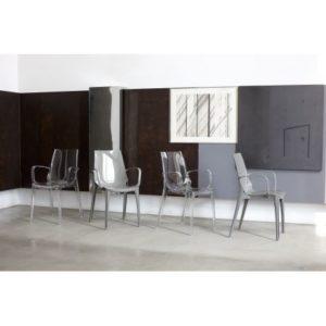 Chaise translucide